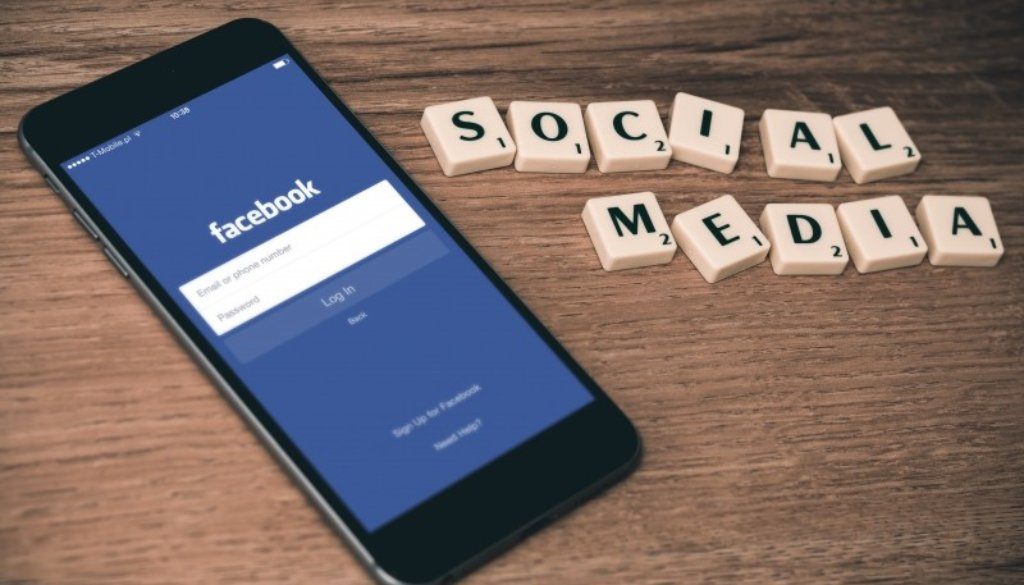 social-media-twitter-facebook-iphone-mobile-seo